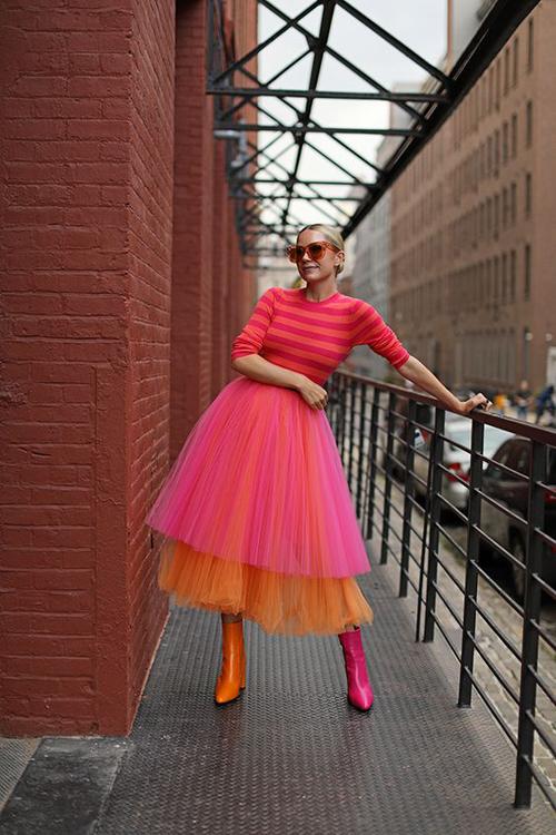 Chân váy tuyn của mùa mốt 2020 được thể hiện trên nhiều tông màu bắt mắt. Cùng với dáng váy xòe mang hơi hướng cổ điển, chúng còn được biến tấu với các kiểu xếp tầng, phối vải dập ly đa dạng.