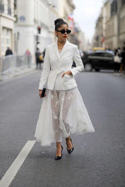 Diện chân váy xuyên thấu cùng vest, blazer là xu hướng được phái đẹp thế giới ưa chuộng. Set đồ vừa thanh lịch vừa gợi cảm cho các nàng khi xuống phố hay tham gia các buổi tiệc nhẹ.