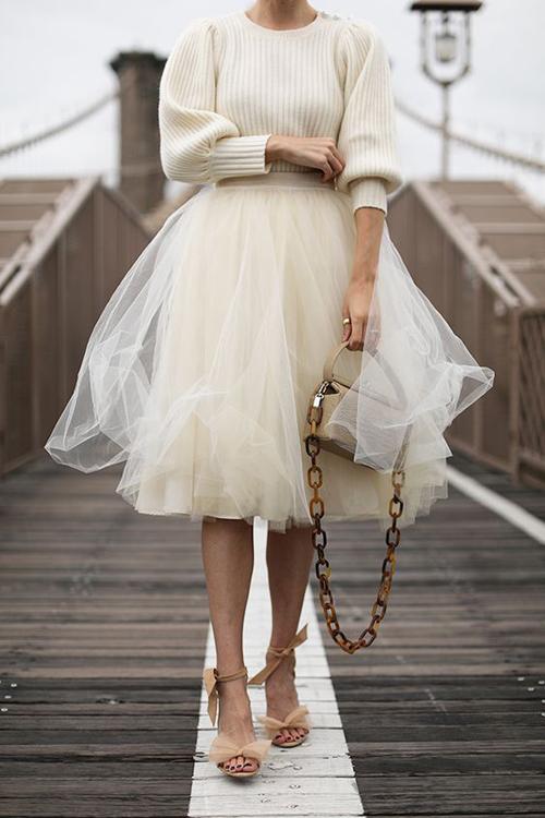 Chân váy tuyn tạo khối bồng bềnh, kiểu ngắn chấm gối có thể kết hợp cùng các mẫu áo len, dệt kim để phái đẹp miền lạnh sử dụng trong ngày xuân.