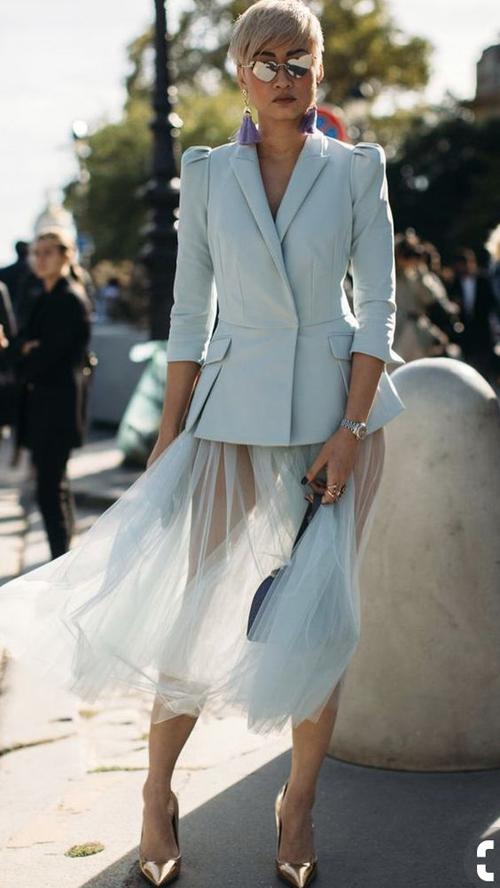 Đối với dòng thời trang đi tiệc, cách mặc chân váy tuyn táo bạo hơn với bộ mỏng manh và xuyên thấu của chất liệu.