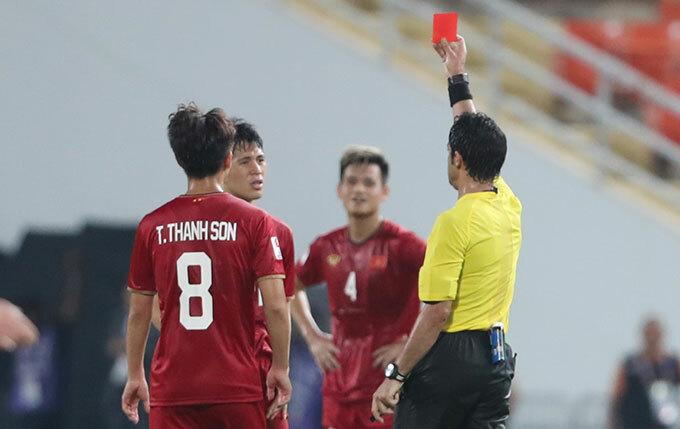 Đình Trọng bị truất quyền thi đấu cuối trận thua 1-2 trước Triều Tiên hôm 16/1. Ảnh: Đức Đồng.