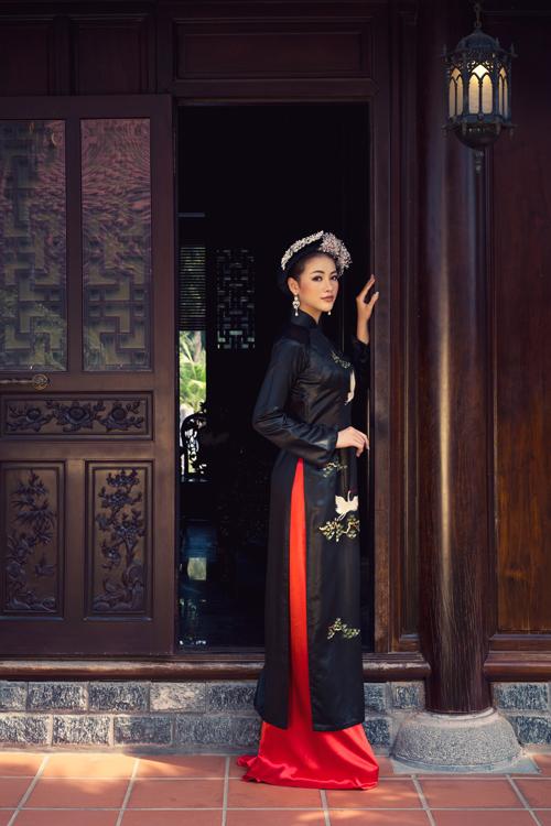 Hoa mai, hoa đào được đan xen với hình ảnh chim hạc, chim công để mang tới điểm nhấn cuốn hút cho trang phục truyền thống.