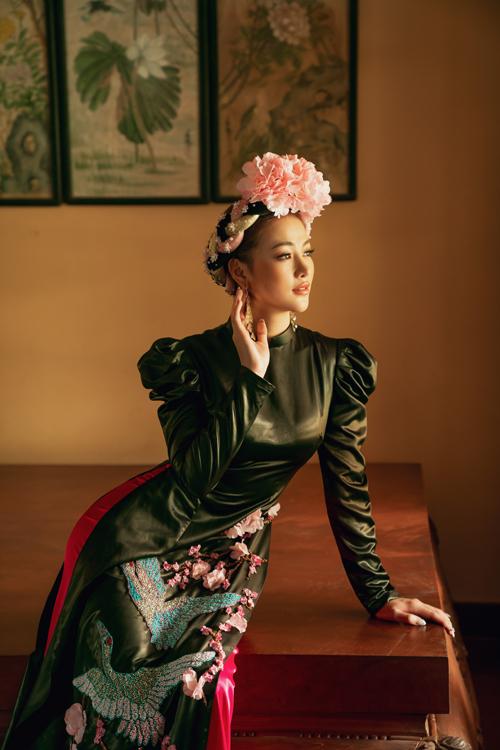 Áo dài tay bồng, áo cổ thấp cũng được Võ Việt Chung khai thác trong bộ sưu tập dành cho mùa xuân 2020 và Tết Nguyên Đán đang cận kề.