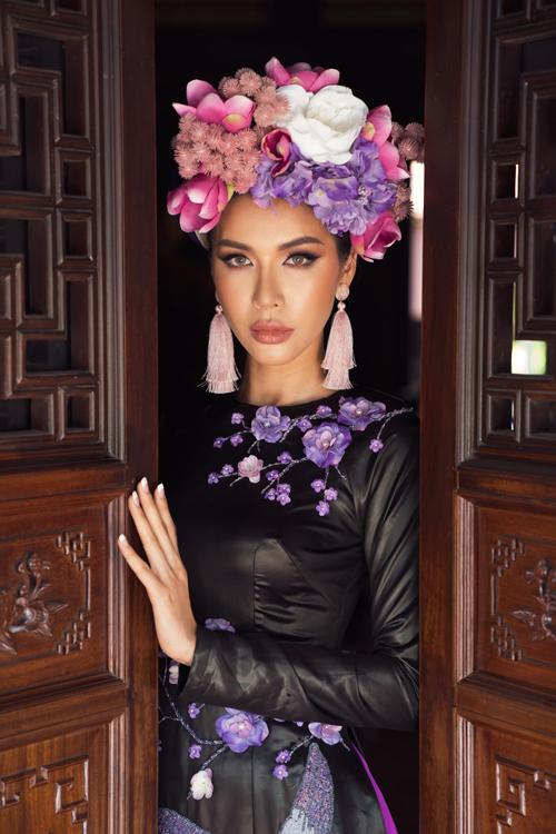 Cùng với mấn nhung quen thuộc của áo dài, Võ Việt Chung còn giới thiệu thêm các kiểu phụ kiện đội đầu đính kết công phu để tạo sức hút cho bộ ảnh.