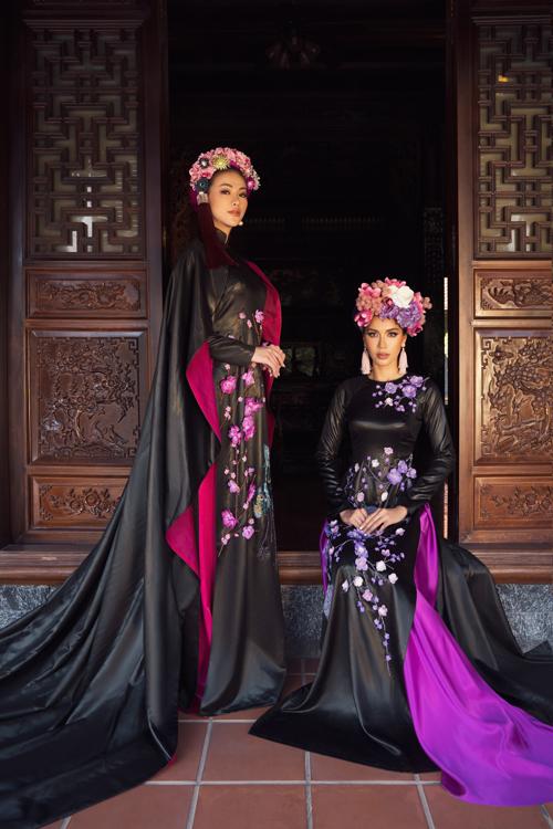 Hoa hậu Phương Khánh (đứng) và siêu mẫu Minh Tú (ngồi) kết hợp ăn ý khi tham gia chụp ảnh, giúp Võ Việt Chung giới thiệu bộ sưu tập mới nhất.