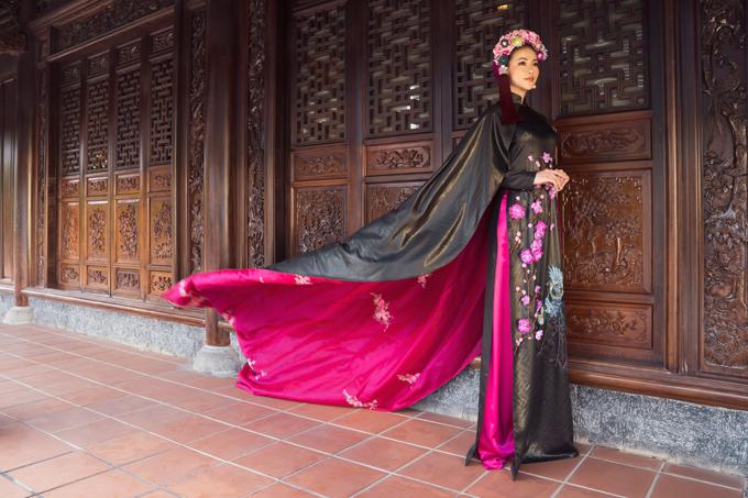 Các mẫu áo dài với tông đen chủ đạo đượclấy cảm hứng từ những cánh chim chào xuân nơi làng quê yên bình.