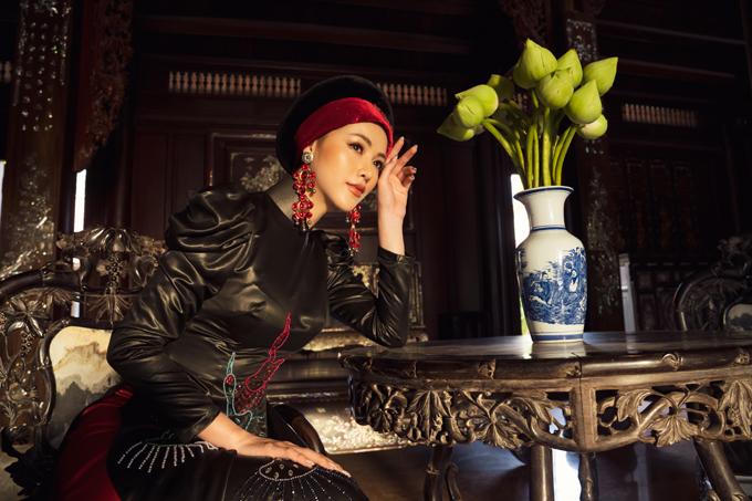 Theo nhà mốt Việt, bộ sưu tập Bay lả bay la là một bức tranh lắng đọng của những giá trị tinh hoa vừa sang trọng vừa dung dị.
