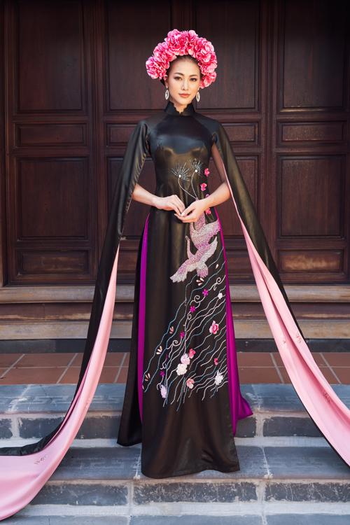 Áo dài dạ tiệc được biến tấu tay áo mới lạ với cánh tay xẻ tà tự như áo choàng. Chi tiết này tạo cảm giác bay bổng và ấn tượng cho người mặc.