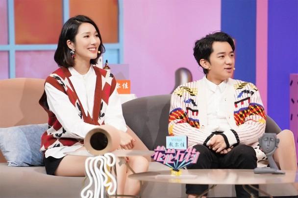 Vương Tổ Lam và bà xã Lý Á Nam tham gia show.