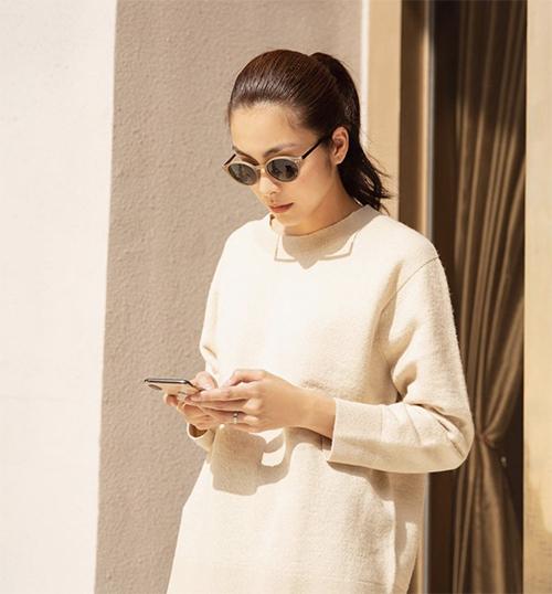 Những kiểu kính mini, kính gương tròn thịnh hành ở mùa mốt mới được nữ diễn viên kết hợp hài hòa cùng các kiểu áo thun, quần jeans kiểu dáng basic.