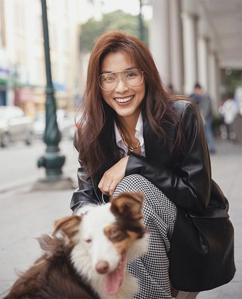 Dòng mắt kính giá bình dân luôn được Tăng Thanh Hà sử dụng để mix đồ dạo phố, đi làm, đi du lịch.