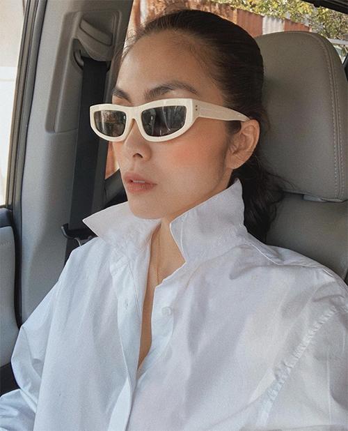 Kính trắng kết hợp giữa kiểu mắt mèo và cỡ mini dành riêng cho các bạn gái thích sự phá cách và chuộng phong cách menswear.