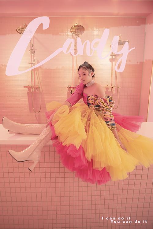 Đầm đi tiệc được tạo khối ấn tượng với phần thiết kế tay bồng và tùng xoè rộng lớn với nhiều lớp vải tuyn gam màu nóng.