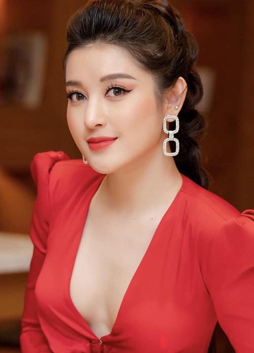 Từ cách sử dụng các mẫu hoa tai hot trend của mỹ nhân Việt, các nàng công sở có thể chọn lựa nhiều kiểu phụ kiện hợp mốt để giúp mình sang chảnh hơn khi tham gia tiệc tất niên, tân niên.