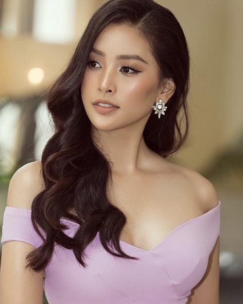Khi diện các kiểu váy trễ vai, đầm hai dây khoe vai thon như hoa hậu Tiểu Vy, phụ kiện lấp lánh sẽ giúp khuôn mặt bạn gái sáng bừng.