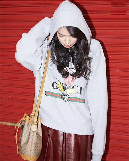 Ngoài kiểu áo thun dễ phối đồ cùng nhiều trang phục, Châu Bùi cũng chọn thêm áo hoodie có mũ để lên đồ street style.