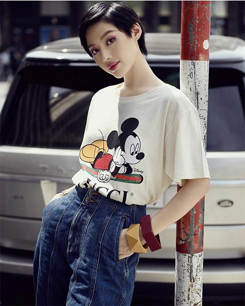 Một trong những xu hướng nổi bật của thời trang xuân 2020 là sự xuất hiện của trang phục in hình chuộc Mickey. Khánh Linh nhanh chóng chọn kiểu áo thun hợp mốt để tạo điểm nhấn cho phong cách dạo phố.