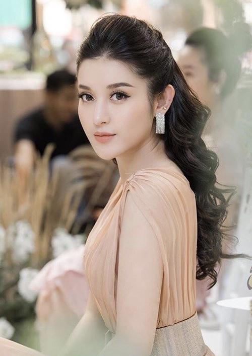 Cùng với những bộ cánh lộng lẫy, hoa tai là món đồ không thể thiếu của Huyền My và các người đẹp Việt khi tham gia sự kiện.
