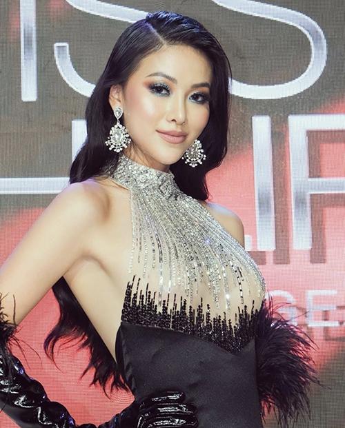 Hoa tai gắn đá trắng có thể sử dụng với nhiều trang phục có tông màu khác nhau. Hoa hậu Phương Khánh cũng chọn phụ kiện hot trend để hoàn thiện set đồ đi tiệc.