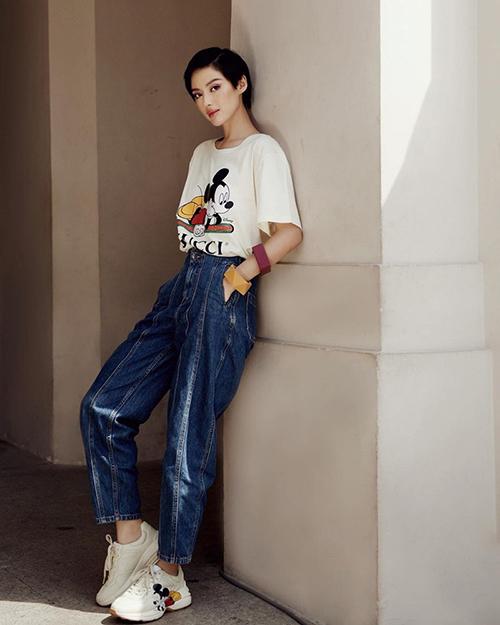 Ngôi sao phong cách của năm mix đồ ton-sur-ton với áo thun trắng, giày sneaker đi kèm quần jeans cá tính.