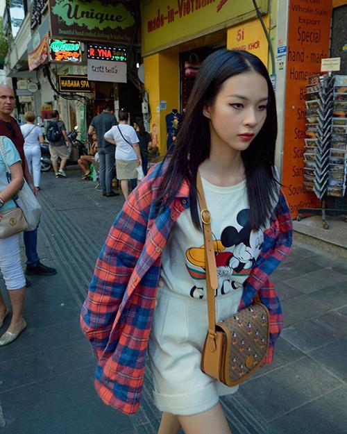 Phí Phương Anh cũng chọn trang phục và phụ kiện dành riêng cho xuân 2020 của Gucci để chưng diện.