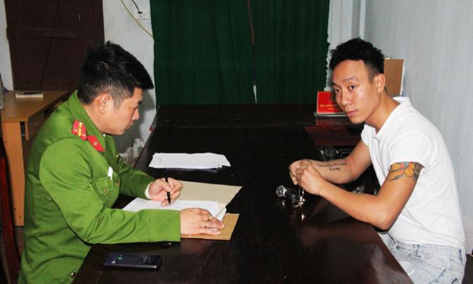 Nghi can Đông (bên phải) tại cơ quan điều tra. Ảnh: C.A