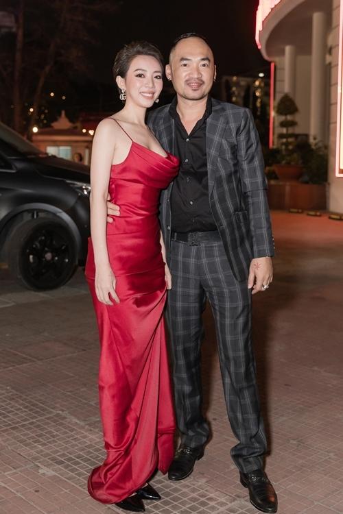 Tiến Luật tình tứ ôm eo Thu Trang khi đến buổi chiếu phim. Đây là một dịp hiếm hoi, hoa hậu hài mặc trễ nải khoe vòng 1 khi dự sự kiện.