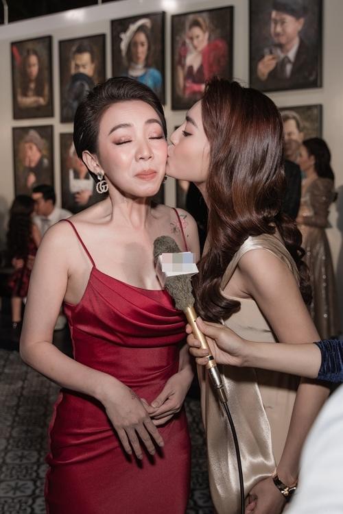 Trong phim làm tình địch, có một số cảnh xô xát nhưng ngoài đời, Thu Trang và Bảo Thanh thân như chị em. Họ từng hợp tác trong một mẫu quảng cáo chung trước bộ phim này.
