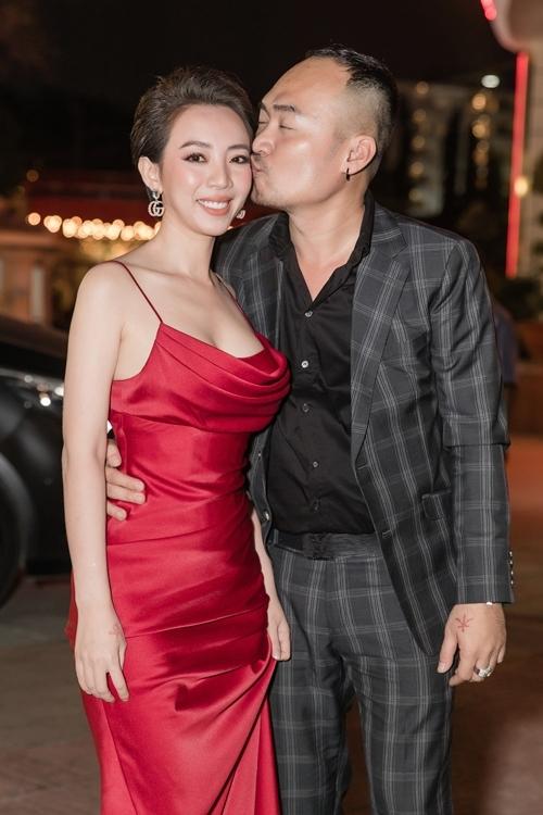 Tiến Luật âu yếm hôn má vợ, chúc mừng vai nữ chính mới của cô ra mắt. Trong Đôi mắt âm dương, Thu Trang vào vai một nữ họa sĩ mất đi trí nhớ và thường nhìn thấy bóng ma của một cô gái sau khi gặp tai nạn giao thông. Cô đóng cặp với bạn diễn kém tuổi Quốc Trường.
