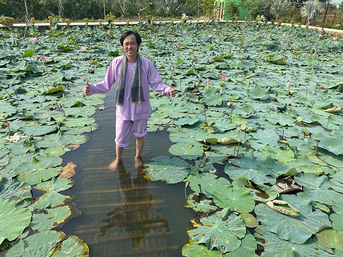 Nghệ sĩ Hoài Linh lần đầu đến với làng hoa Sa Đéc, Đồng Tháp.