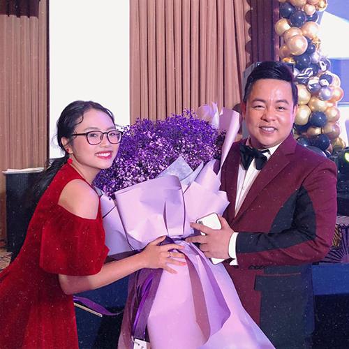 Phương Mỹ Chi chúc mừng sinh nhật cha nuôi Quang Lê.