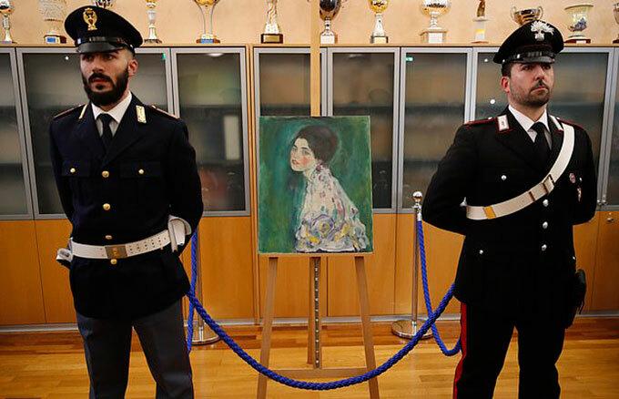 Bức Potrait of a Lady được bảo vệ nghiêm ngặt tại Piacenza, Italy. Ảnh: AP.