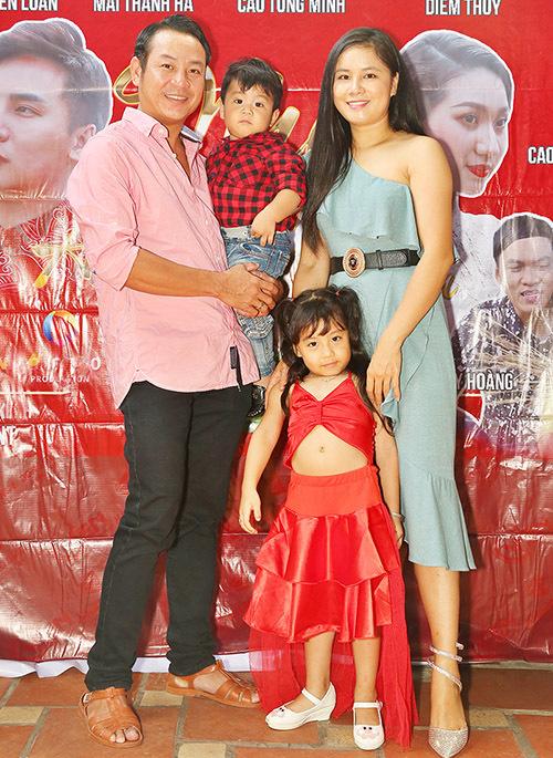 Em trai Quyền Linh có phong cách giản dị giống anh. Quyền Lộc hạnh phúc giới thiệu vợ và hai con đủ cả nếp và tẻ trong buổi tiệc tất niên tổng kết năm Kỷ Hợi.
