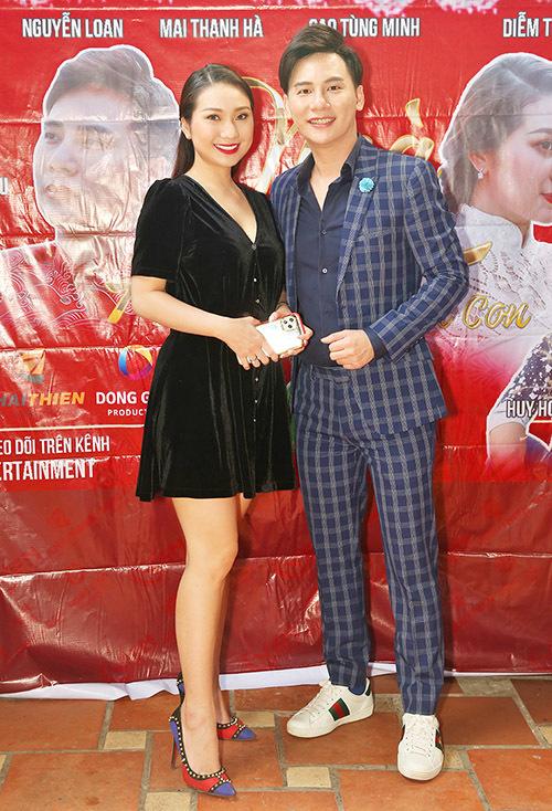 Cô vui vẻ hội ngộ MC, ca sĩ hải ngoại Ngọc Châu trong buổi tiệc do em trai Quyền Linh chủ trì.