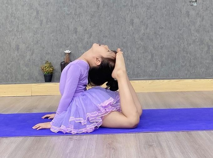 Đầu giờ chiều, Mina được mẹ đưa đến trung tâm tập yoga để thư giãn và rèn luyện sức khỏe. Bé tỏ ra thích thú môn thể thao này và thực hiện được nhiều động tác khó.