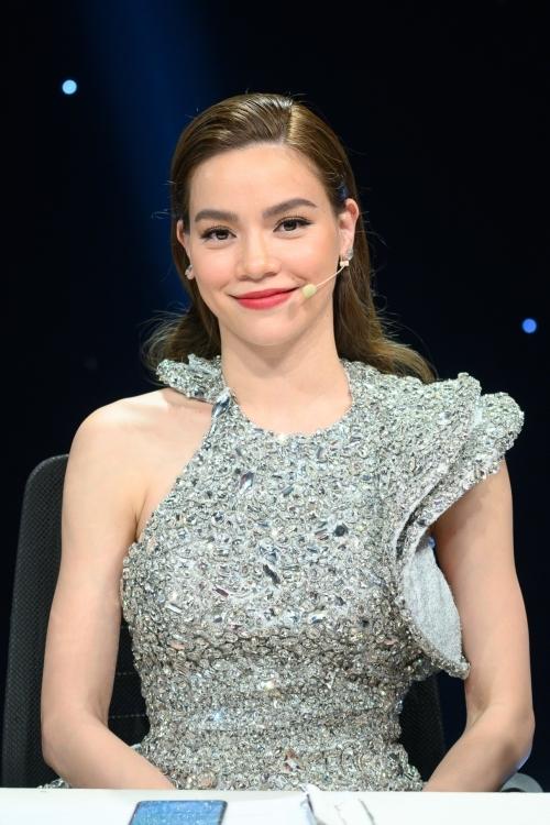 Hồ Ngọc Hà lộng lẫy trên ghế nóng chương trình. Cô nhận được nhiều tình cảm yêu mến với vai trò giám khảo bởi nhận xét thẳng thắn, không phần dí dỏm.