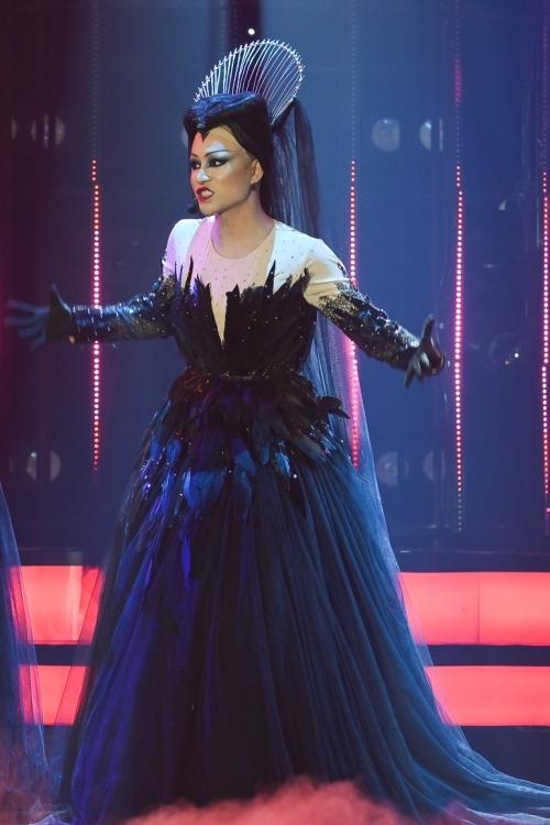 Là thí sinh còn lại của top 4, Trần Tùng Anh vào vai Diana Damrau trong vở nhạc kịch Cây sáo thần. Anh khoe giọng hát với những nốt cao chót vót trong ca khúc Queen of the night aria.