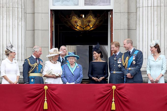 Gia đình hoàng gia tại Cung điện Buckingham năm 2018. Ảnh: NYT.