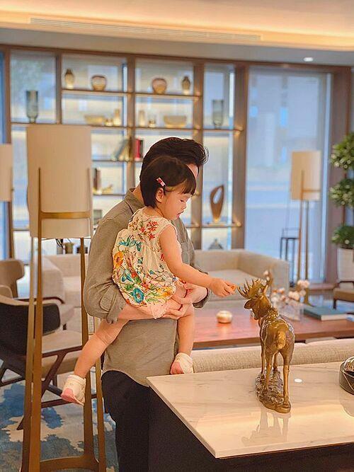 Hoa hậu Đặng Thu Thảo đăng ảnh chồng bế con gái cùng điều ước trong ngày sinh nhật: Thêm một tuổi với điều ước cho mình, cho tất cả những người mình yêu thương sẽ luôn hạnh phúc và an yên.