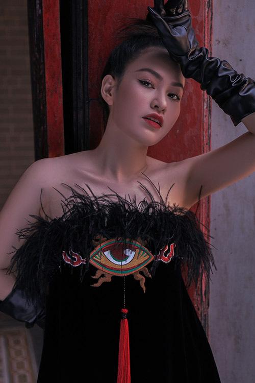 Váy cúp ngực đính lông, hoạ tiết độc đáo phù hợp mặc dự đi tiệc.