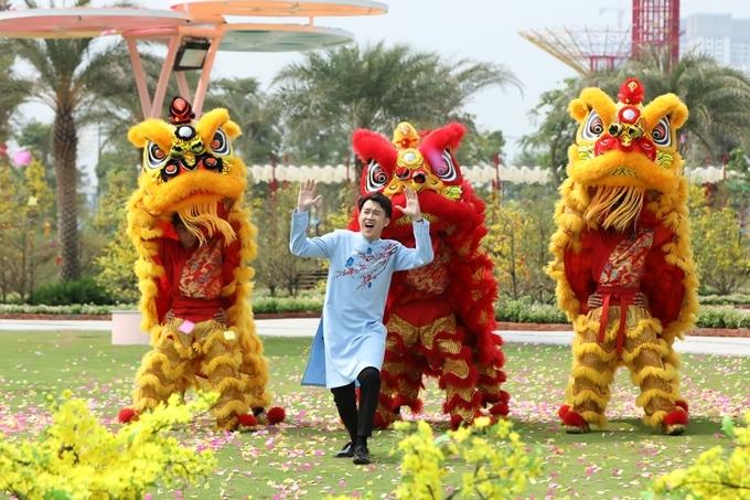 Dương Triệu Vũ hát bên đoàn múa lân sư.