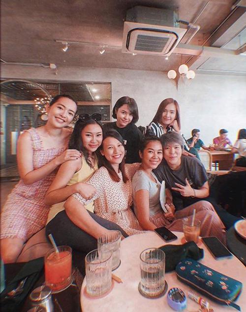 MC Hoàng Oanh chụp ảnh cùng hội bạn thân và cho biết: Năm mới đến mà ai cũng đòi chạy trốn tình duyên. Nhìn mình như bà mẹ của 6 đứa con. Cô hiện đang mang thai con đầu lòng của ông xã Jack Cole.
