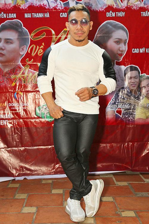 Lực sĩ Phạm Văn Mách có mối quan hệ thân thiết với nhiều nghệ sĩ showbiz. Anh hay được mời đóng phim hài, MV của các ca sĩ.