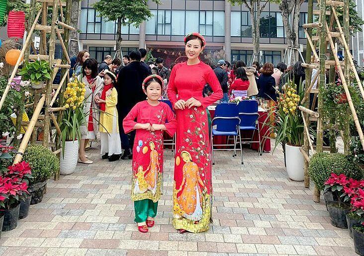 Diễn viên Thanh Hương thướt tha áo dài dự hội xuân ở trường cùng con gái.
