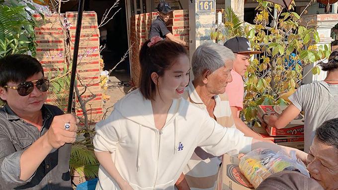Ngọc Trinh về quê Trà Vinh phát quà Tết cho bà con.