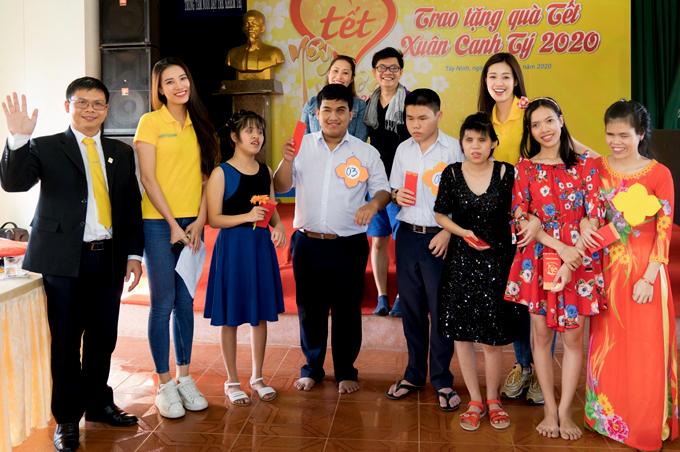 Cùng đi trao quà Tết với Khánh Vân có á hậu Kim Duyên (thứ hai từ trái qua) và đại diện một ngân hàng ở TP HCM - đơn vị tổ chức chương trình này.