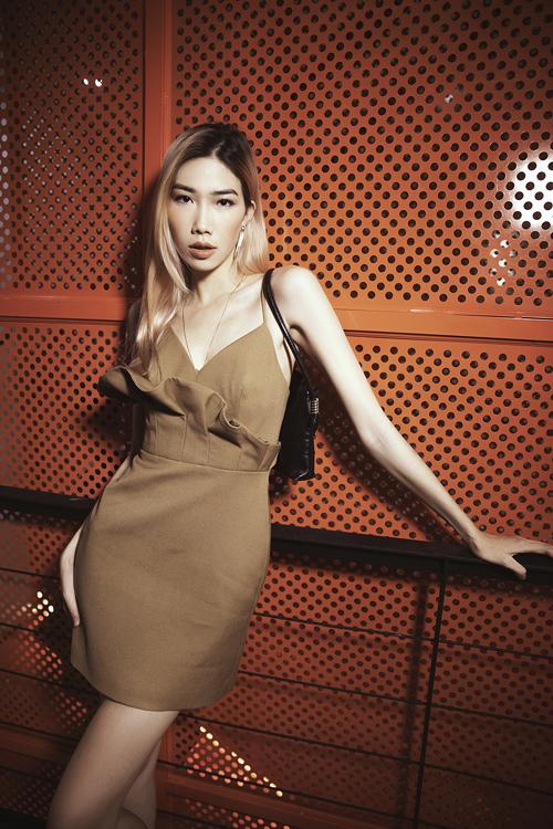 Váy hai dây trang trí đường bèo nhún xinh xắn được Kim Phương chọn lựa để khoe vai thon.