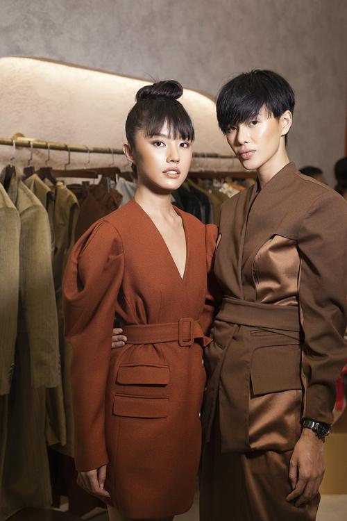 Sau một thời gian ấp ủ, người mẫu Hà Kino (phải) và người mẫu Thanh Vy (trái) đã giới thiệu bộ sưu tập đầu tiên của thương hiệu mới thành lập.