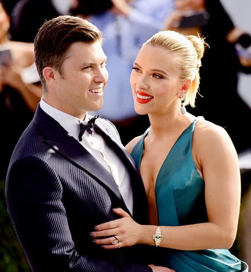Chồng sắp cưới của Scarlett, nam diễn viên Colin Jost, tới ủng hộ cô tại lễ trao giải SAG (Giải thưởng của Hiệp hội diễn viên Mỹ). Scarlett được đề cử Nữ diễn viên chính xuất sắc với vai diễn trong phim Marriage Story.