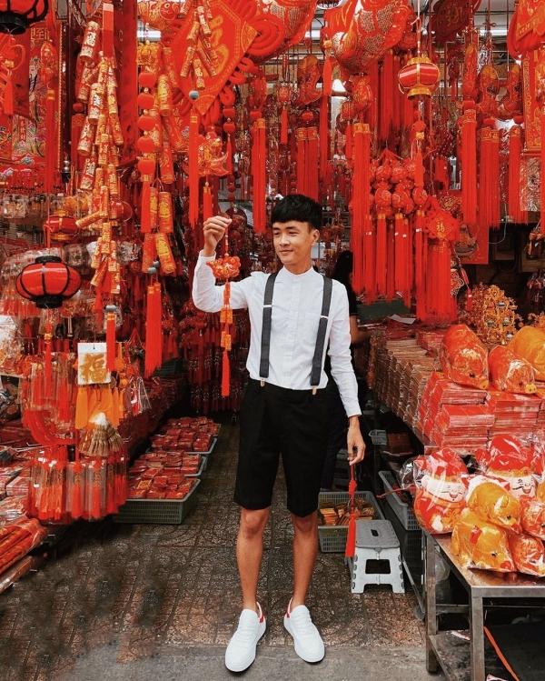 Khu người Hoa ở quận 5, đặc biệt là những hàng bán đồ trang trí Tết đỏ rực câu đối, chữ hỉ, dây pháo giả... trở thành nền chụp ảnh lý tưởng dành cho bạn. Một số tuyến đường như Hải Thượng Lãn Ông, Nguyễn Trãi, Lương Nhữ Học...
